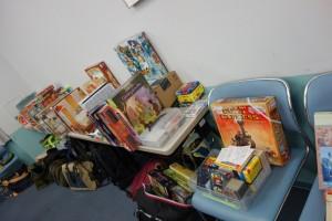 持ち込まれるゲームの数々。 机に置き切れない分が、かばんの中にもまだたくさん。